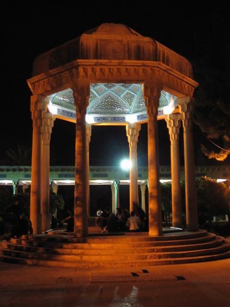 450px-aramgah-e-hafez_nuit_shiraz